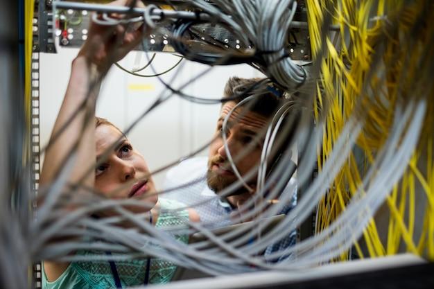 Techniciens fixant le câble
