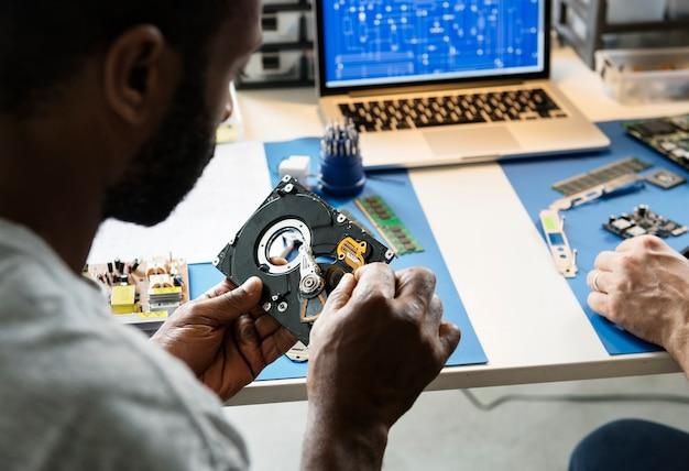 Techniciens travaillant sur le disque dur de l'ordinateur