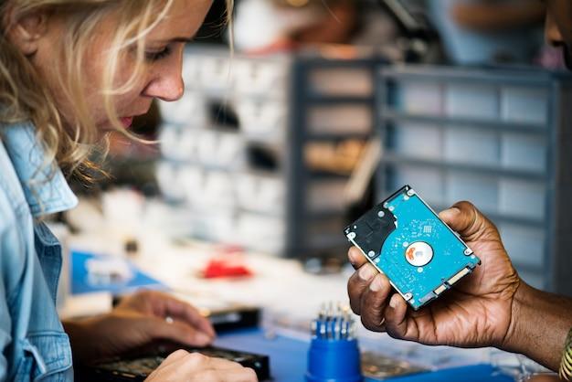 Techniciens travaillant sur un disque dur