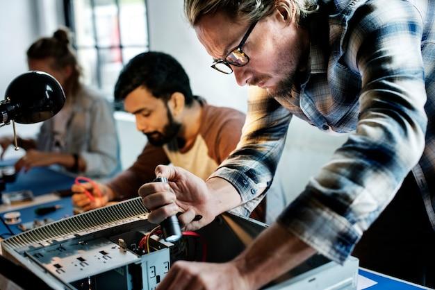 Techniciens travaillant sur des pièces électroniques