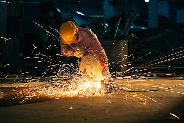 Les techniciens utilisent des outils de coupe en acier pour construire des maisons.