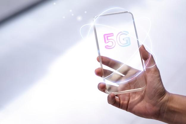 Technologie d'arrière-plan du réseau mondial 5g avec des médias remixés pour smartphone transparent futuriste