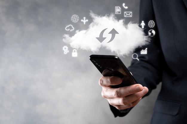 Technologie cloud. signe de stockage en nuage avec deux flèches de haut en bas sur l'obscurité.