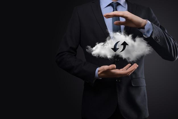 Technologie cloud. signe de stockage en nuage filaire polygonal avec deux flèches de haut en bas sur l'obscurité. cloud computing, big data center, future infrastructure, concept d'ia numérique. symbole d'hébergement virtuel.
