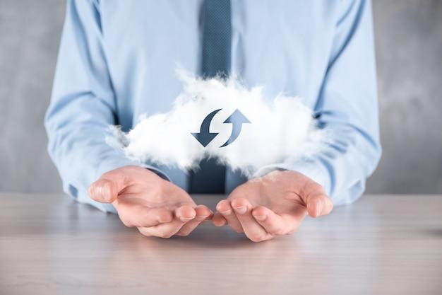Technologie cloud. signe de stockage en nuage filaire polygonal avec deux flèches de haut en bas sur l'obscurité