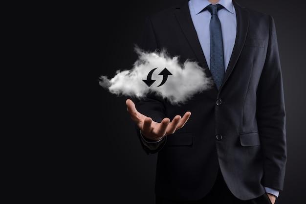 La technologie cloud. signe de stockage en nuage filaire polygonal avec deux flèches vers le haut et vers le bas sur l'obscurité. cloud computing, big data center, future infrastructure, concept d'ia numérique. symbole d'hébergement virtuel