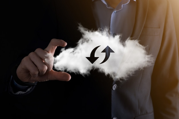 La technologie cloud. signe de stockage en nuage filaire polygonal avec deux flèches vers le haut et vers le bas sur l'obscurité. cloud computing, big data center, future infrastructure, concept d'ia numérique. symbole d'hébergement virtuel.