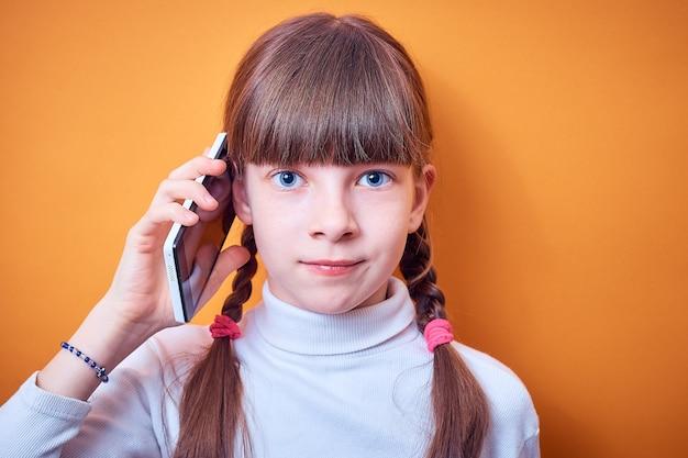 Technologie et communication adolescente caucasienne parler au téléphone