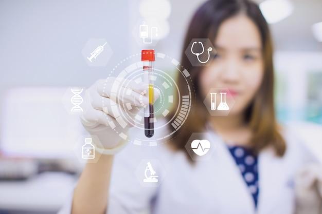 Une technologie innovante avec une interface moderne dans la science et un médecin montrent un tube de sang pour un bilan de santé.