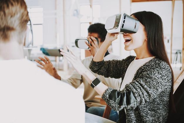 Technologie d'innovation pour les jeunes au bureau.