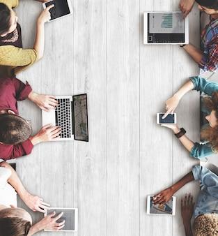 Technologie en ligne réseau social tablette numérique vue aérienne diversité