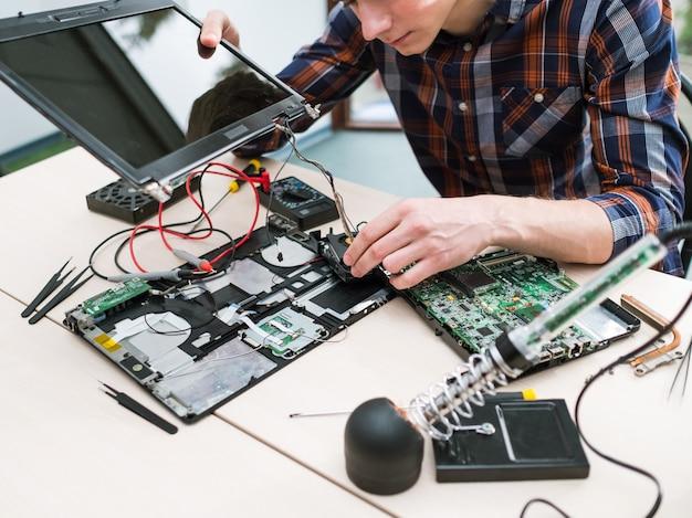 Technologie de mise à niveau des ordinateurs portables. performance améliorée. mémoire accrue, processeur, concept de disque dur hdd
