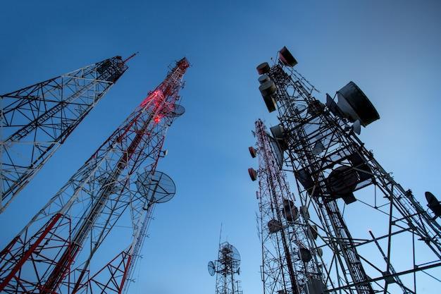 Technologie sans fil d'antennes de télévision de mât de télécommunication avec le ciel bleu le matin