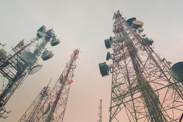 Technologie sans fil d'antennes de télévision de mât de télécommunication