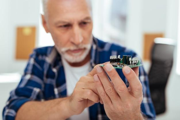 Technologie sophistiquée. mise au point sélective d'un microscheme entre les mains d'un ingénieur positif intelligent