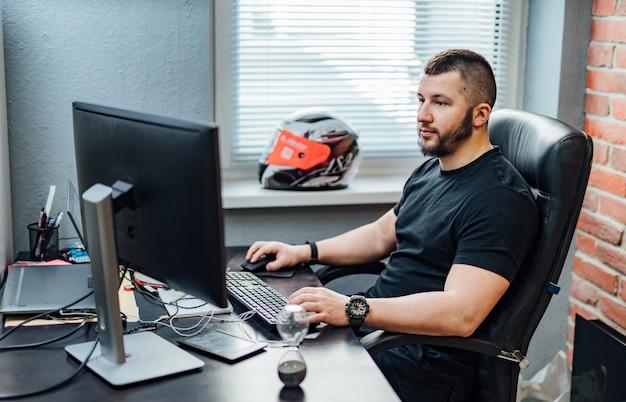 Technologies de programmation et de codage de conception de sites web. homme au travail près de l'ordinateur. bureau de création