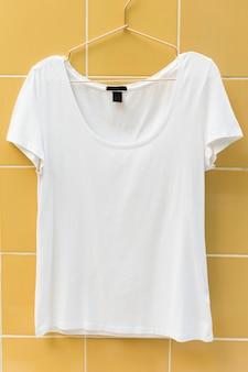 Tee-shirt blanc accroché au mur