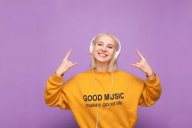 Teen femme aime la musique isolée