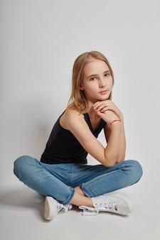 Teen fille assise sur le sol et rêvant