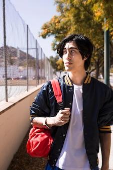 Teen garçon marchant dans la ville
