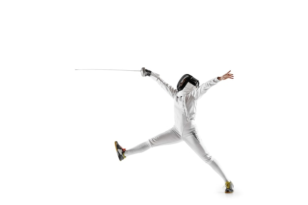 Teen girl en costume d'escrime avec l'épée à la main isolé sur fond blanc.