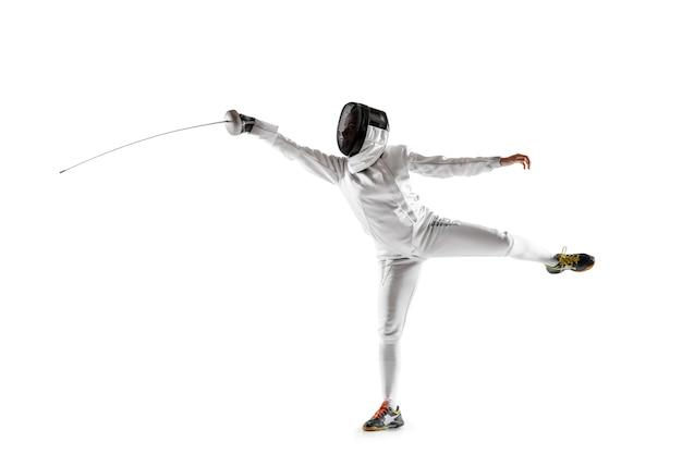 Teen girl en costume d'escrime avec l'épée à la main isolé sur fond blanc