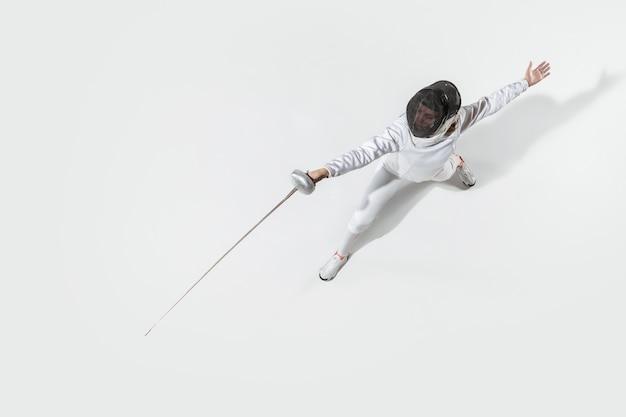 Teen girl escrime avec épée sur fond blanc, vue de dessus. sport, action