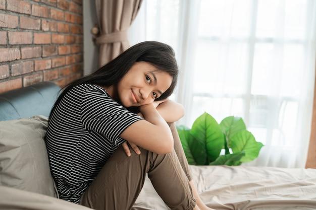 Teen girl se réveille dans le lit