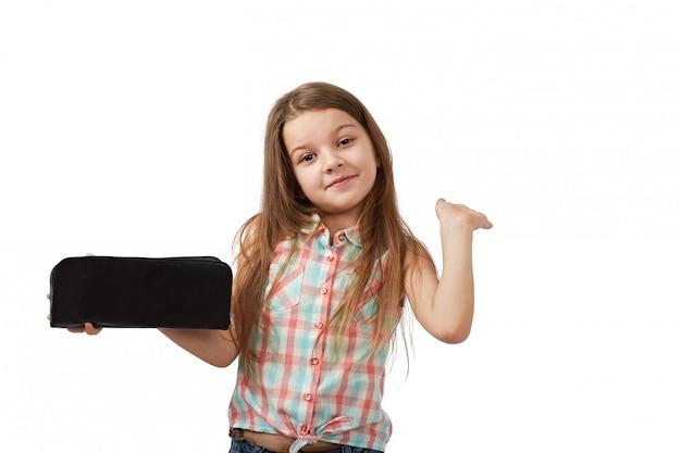 Teen avec portefeuille vide. jeune femme montre son portefeuille vide. la faillite