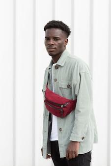 Teen shot moyen posant avec sac