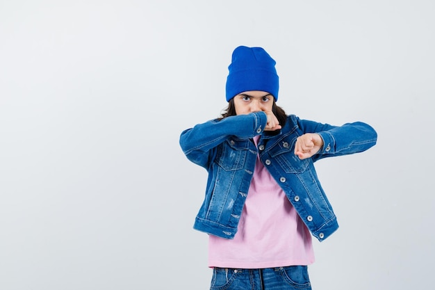 Teen woman standing in combat posent à la confiance
