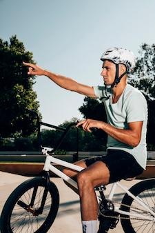 Teenage coureur bmx faisant remarquer avec son doigt