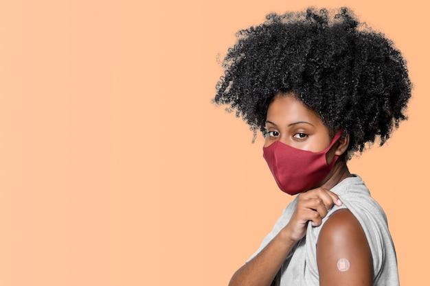 Teenage Girl With Vaccin Patch Sur Son Bras Isolé Sur Fond Marron Orange Photo Premium