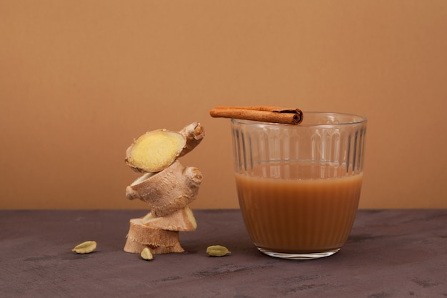 Teh halia - thé au gingembre dans les cuisines de brunei, de malaisie et de singapour. il est brassé à partir de thé noir sucré fort avec du lait ou du lait concentré.