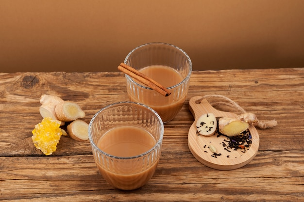 Teh tarik - thé au gingembre dans des verres. cuisines du brunei, de la malaisie et de singapour. il est brassé à partir de thé noir sucré fort avec du lait ou du lait concentré.