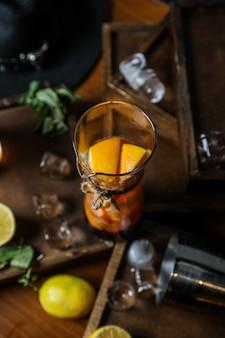 Teinture de fruits dans le petit pot d'alcool de citron orange
