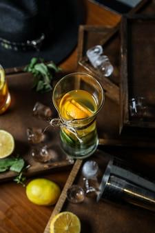 Teinture de fruits dans le petit pot d'alcool de concombre citron orange