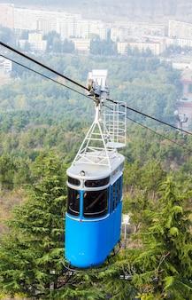 Télécabine rénovée sur le parc vake dans la partie centrale de tbilissi, en géorgie