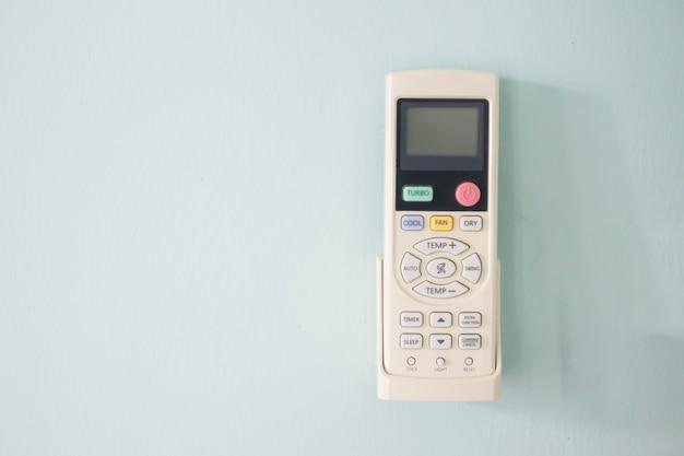 Télécommande accrochée au mur