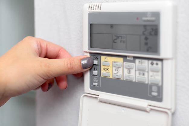 Télécommande de climatiseur dans une chambre d'hôtel