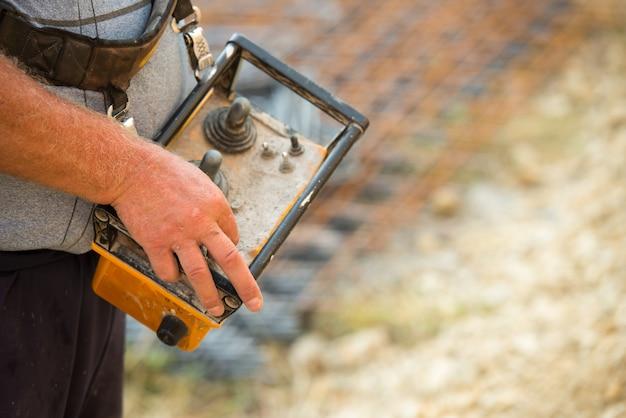 Télécommande pour actionner une pompe à béton ou un camion-pompe à flèche sur un chantier de construction