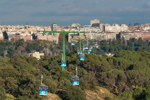 Téléphérique au-dessus du parc de la casa de campo à madrid, en espagne.