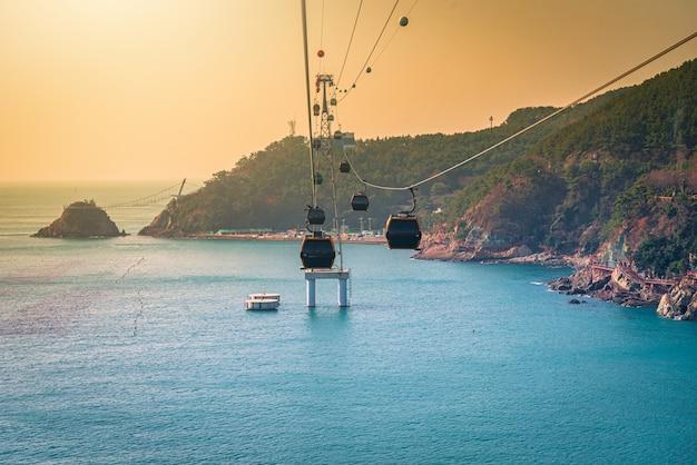 Un téléphérique au-dessus de l'eau à busan, corée du sud