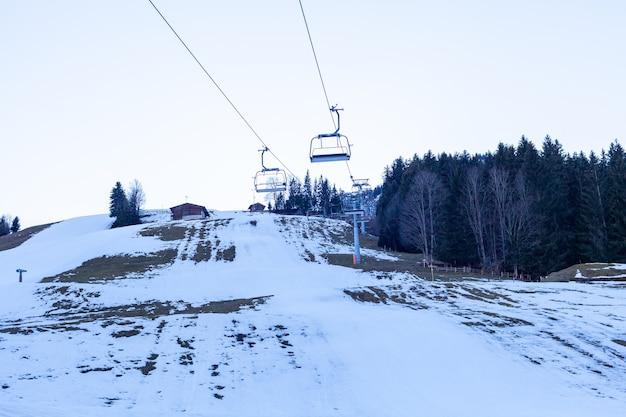 Téléphérique dans la zone de montagne pour les touristes et les skieurs