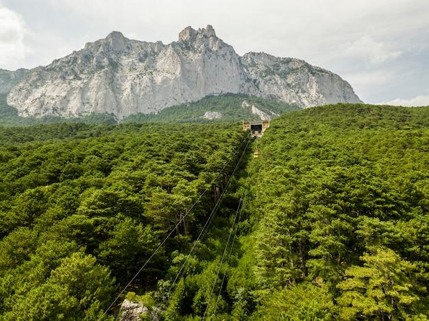 Téléphérique funiculaire se déplaçant au sommet de la montagne pendant la saison estivale