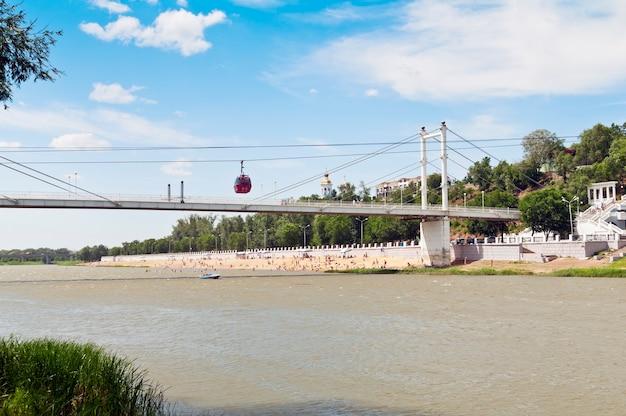 Téléphérique d'orenbourg et pont piétonnier sur l'oural russie