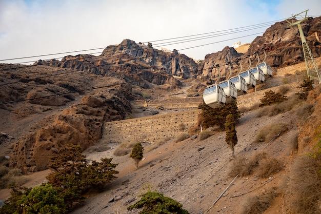 Le téléphérique de santorin relie le port à la ville de thera dans l'île de santorin, grèce