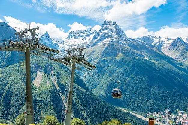 Téléphérique ou télécabine au sommet des montagnes à dombai dans le caucase