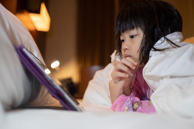 Téléphone Accro Aux Enfants Chinois, Fille Asiatique Jouant Au Smartphone, Enfant Regardant Un Dessin Animé Photo Premium