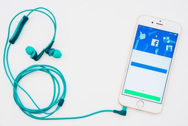 Téléphone avec l'application facebook et les écouteurs
